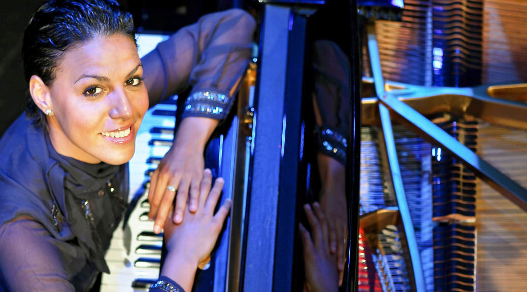 Marialy Pacheco Portrait am Piano @PR